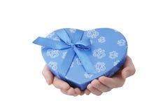 Coeur-cadeau de prise de mains Photographie stock libre de droits