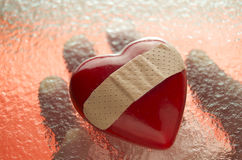 Coeur cassé avec la main dessous Photos libres de droits