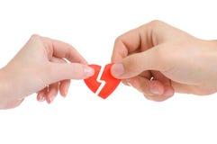 Coeur cassé dans des mains mâles et femelles Photos stock