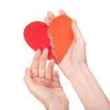 Coeur cassé piqué chez les mains de la femme Images stock