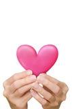 Coeur chez des mains du ` s des femmes Photographie stock libre de droits