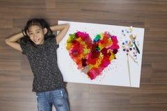Coeur coloré avec l'aquarelle asiatique de brosse de peinture de fille Photos stock