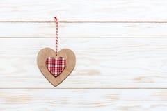 Coeur coloré en bois sur la corde Concept pour la Saint-Valentin, le mariage, les fiançailles et d'autres événements romantiques  images stock