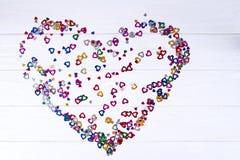 Coeur coloré multi pâle de vieille mode sur le fond en bois blanc avec l'espace de copie, configuration plate photographie stock libre de droits