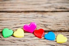 Coeur coloré sur l'en bois pour le fond de valentine, vintage c Image stock