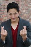 Coeur coréen de main de symbole, un message de geste de main d'amour L'homme asiatique bel avec les mains s'est plié dans un symb Photos libres de droits