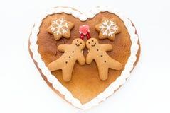 Coeur décoré de pain d'épice sur le fond blanc Image libre de droits