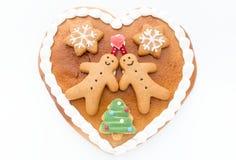 Coeur décoré de pain d'épice sur le fond blanc Photo libre de droits