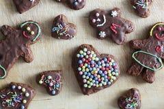 Coeur décoré fait main et personnes de pain d'épice Images stock