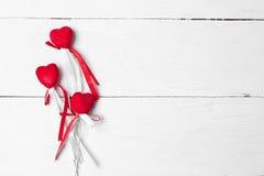 Coeur décoratif avec des rubans de satin sur un bâton Photo stock