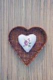 Coeur décoratif de tissu dans le panier en osier Image libre de droits