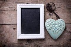 Coeur décoratif de turquoise, tableau noir vide et clé de vintage Photos stock