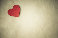 Coeur décoratif en bois rouge sur le fond de tissu. Ton de sépia Images libres de droits