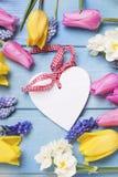 Coeur décoratif et fleurs lumineuses de ressort Photographie stock libre de droits
