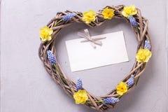 Coeur décoratif et fleurs lumineuses et Empty tag de ressort Photographie stock