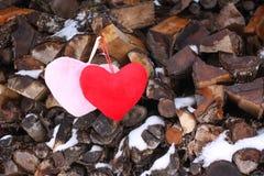 Coeur décoratif sur le bois de chauffage Image libre de droits