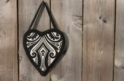 Coeur décoratif sur le fond en bois Photographie stock libre de droits