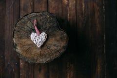 Coeur décoratif sur un rondin Images libres de droits