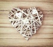 Coeur décoratif tressé de valentine sur le fond en bois Photographie stock libre de droits