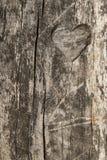 Coeur découpé à l'arrière-plan en bois Photo stock