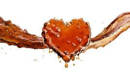 Coeur d'éclaboussure de kola avec des bulles sur le blanc Photos stock