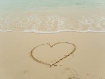 Coeur d'écriture sur la plage Photo libre de droits
