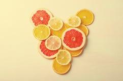 Coeur d'agrumes des tranches de citron, orange, pamplemousse sur le fond blanc Amour, sain, concept d'écologie Photographie stock