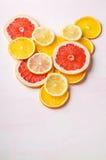 Coeur d'agrumes des tranches de citron, orange, pamplemousse sur le fond blanc Amour, sain, concept d'écologie Image stock