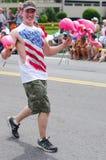 COEUR d ALENE, IDAHO 6-4-2014: 4th Lipiec parada w w centrum Coeur d Alene; Kobieta tana oddział wojskowy obrazy royalty free