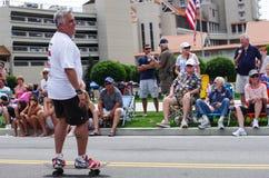 COEUR d ALENE, IDAHO 6-4-2014: 4th Lipiec parada w w centrum Coeur d Alene; Kobieta tana oddział wojskowy obrazy stock