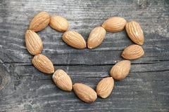 Coeur d'amandes sur le bois Image stock