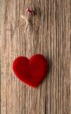 Coeur d'amour accrochant sur le fond en bois de texture Images stock