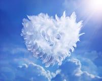 Coeur d'amour d'art montant dans les nuages Photographie stock libre de droits