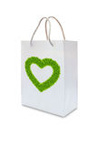 Coeur d'amour d'herbe verte sur le sac de livre blanc Photo stock