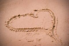 Coeur d'amour dans le sable de plage Photographie stock