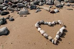 Coeur d'amour de caillou sur la plage Photos libres de droits