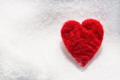 Coeur d'amour de jour de valentines dans la neige d'en haut Photographie stock libre de droits