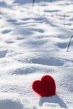Coeur d'amour de jour de valentines dans la verticale de neige Photos stock