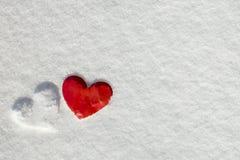 Coeur d'amour de jour du ` s de Valentine sur la neige Photographie stock libre de droits