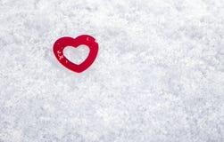 Coeur d'amour de jour de valentines pendant l'hiver dans la neige Photo libre de droits
