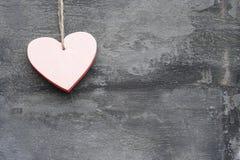 Coeur d'amour de Saint-Valentin sur le fond rustique de type Photographie stock libre de droits