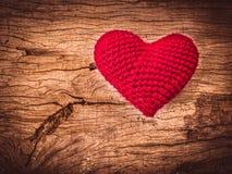 Coeur d'amour de vintage sur le fond en bois de texture Photos libres de droits
