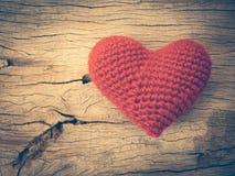 Coeur d'amour de vintage sur le fond en bois de texture Photographie stock libre de droits