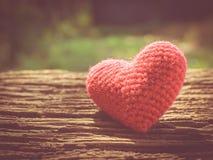 Coeur d'amour de vintage sur le fond en bois de texture Image stock