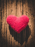 Coeur d'amour de vintage sur le fond en bois de texture Photos stock