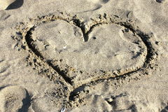 Coeur d'amour dessiné en sable Image stock