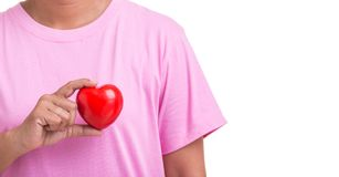 Coeur d'amour et concept de soins de santé : Femme tenant le coeur rouge sur h Photo libre de droits