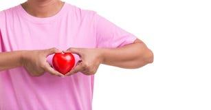 Coeur d'amour et concept de soins de santé : Femme tenant le coeur rouge sur h Photographie stock libre de droits