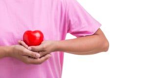 Coeur d'amour et concept de soins de santé : Femme tenant le coeur rouge sur h Photos libres de droits