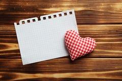 Coeur d'amour et feuille de papier blanc Photo stock